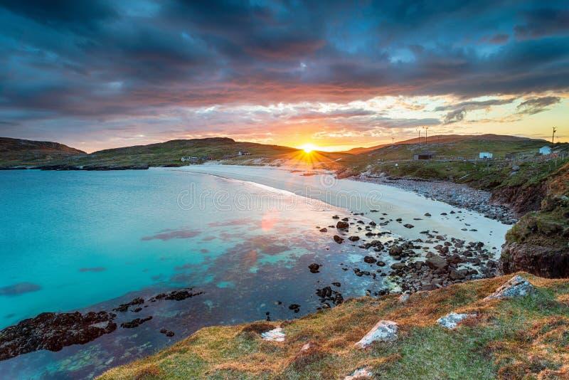 日落在哈里斯岛胡希尼什海滩 库存照片