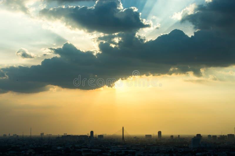 日落在城市的外缘光,曼谷泰国 免版税库存图片