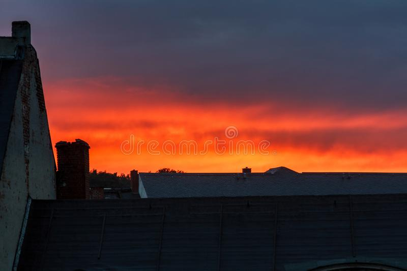 日落在城市 免版税库存照片