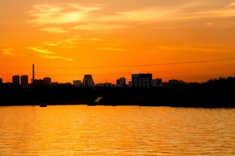 Download 日落在城市 库存照片. 图片 包括有 晚上, 地标, 的treadled, 拱道, 场面, 布琼布拉, 都市 - 62539918