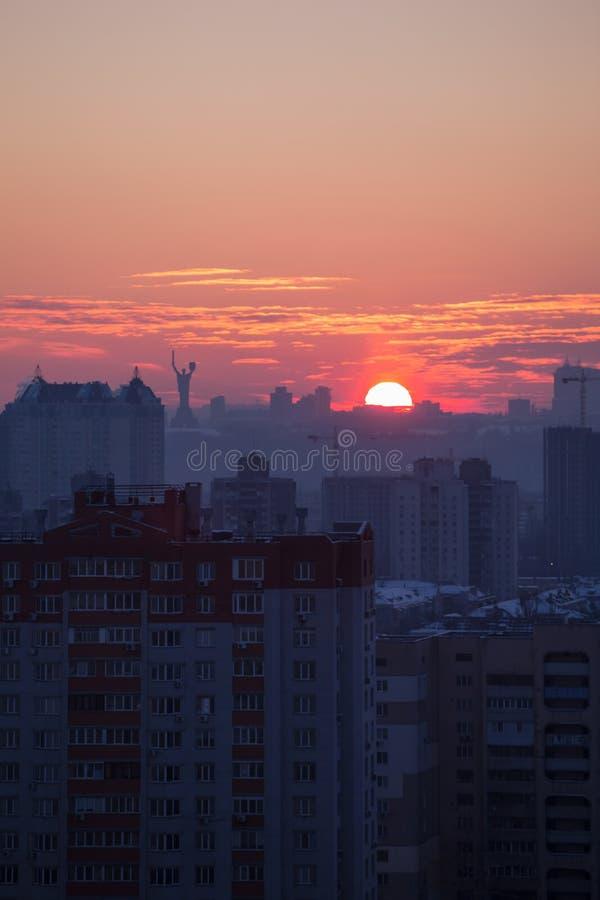 日落在基辅,平衡城市、教会和祖国的雕象的全景的看法 都市的颜色 库存照片