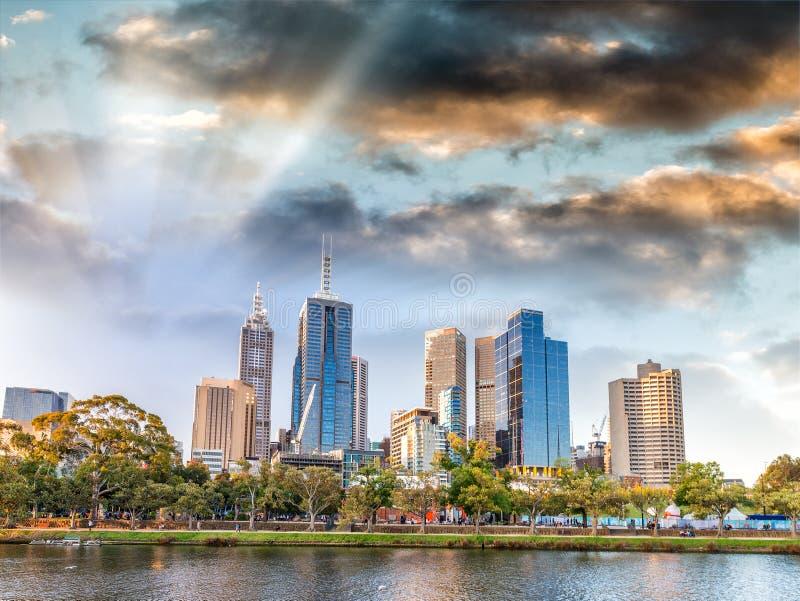 日落在墨尔本,澳大利亚 背景城市设计您地平线的向量 库存照片