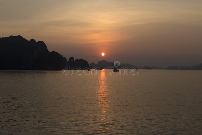 日落在夏时的下龙湾 免版税库存照片
