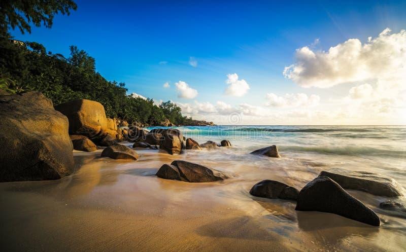 日落在天堂 岩石,热带海滩, intendan的anse的阴影 图库摄影