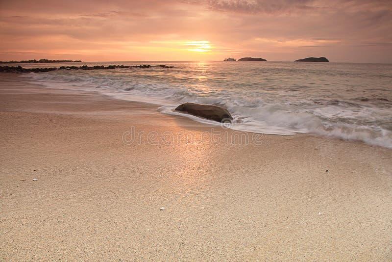 日落在婆罗洲海岛 库存照片