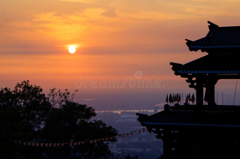 日落在寺庙屋顶去下来 库存图片