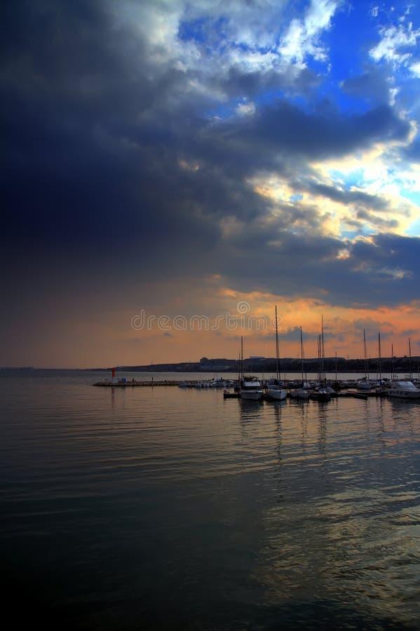 日落在小游艇船坞阿利坎特在西班牙 免版税库存图片
