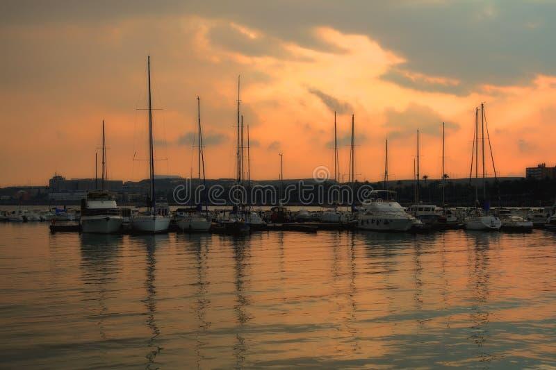 日落在小游艇船坞阿利坎特在西班牙 库存图片