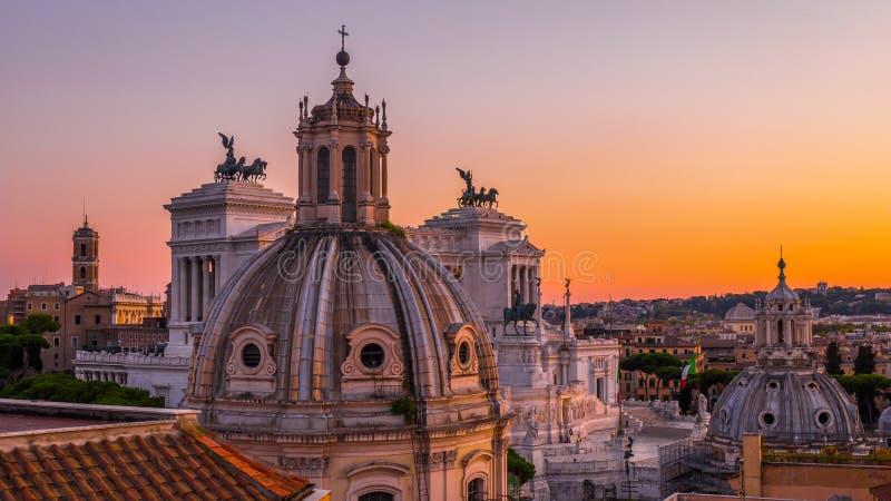"""日落在屋顶â€的罗马""""市中心的历史视域和建筑学在美好的颜色的 库存照片"""
