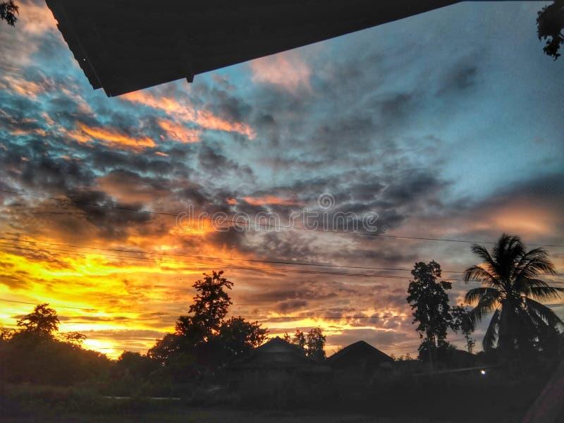 日落在屋顶下 免版税图库摄影