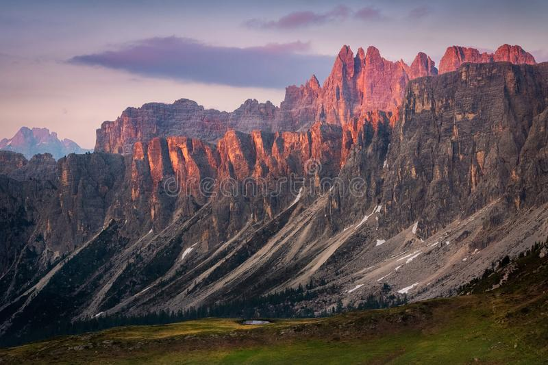 日落在山脉Lastoni di Formin和Croda da拉戈,白云岩,意大利的夏天 图库摄影