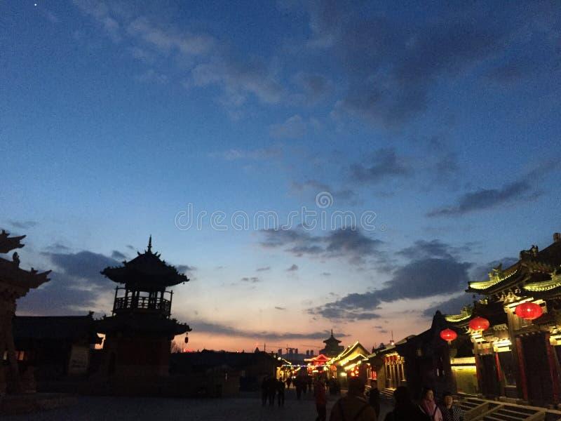 日落在山西大同,山西,中国古色古香的街道 免版税库存图片