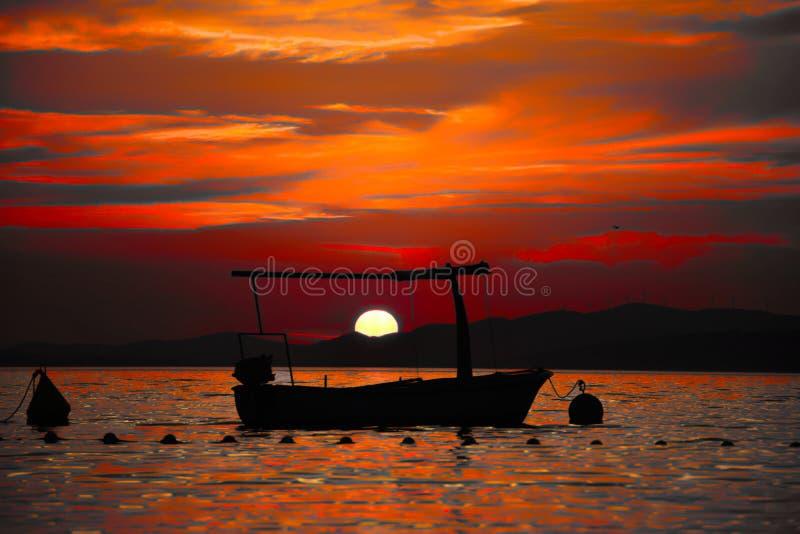 日落在布拉奇岛海岛,克罗地亚,亚得里亚海 皇族释放例证