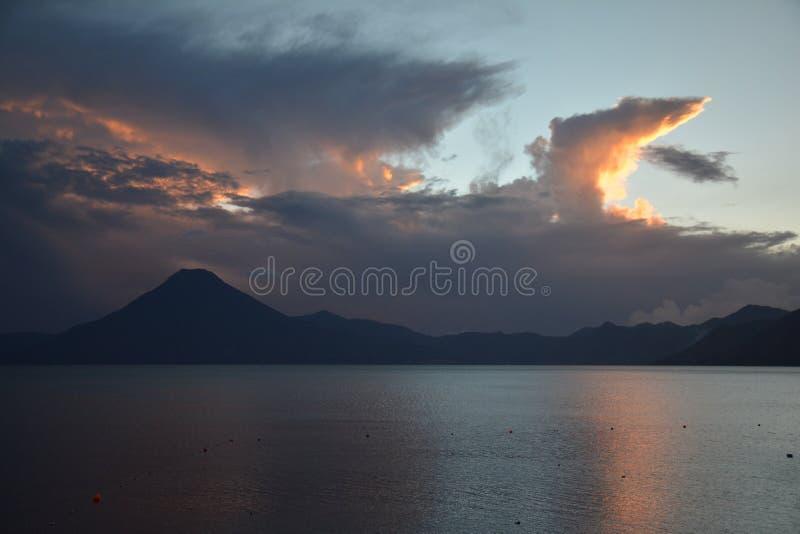 日落在帕纳哈切尔阿蒂特兰湖危地马拉 免版税库存照片