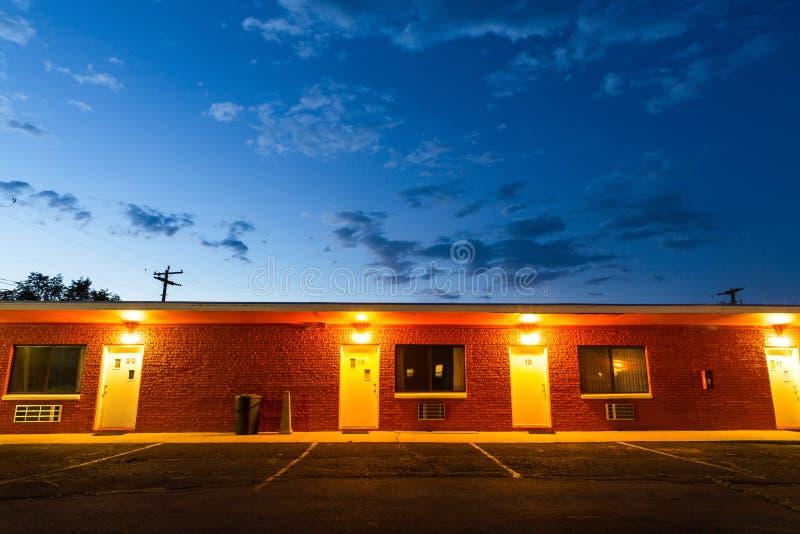 日落在旅游汽车旅馆里 美国汽车旅行 库存照片