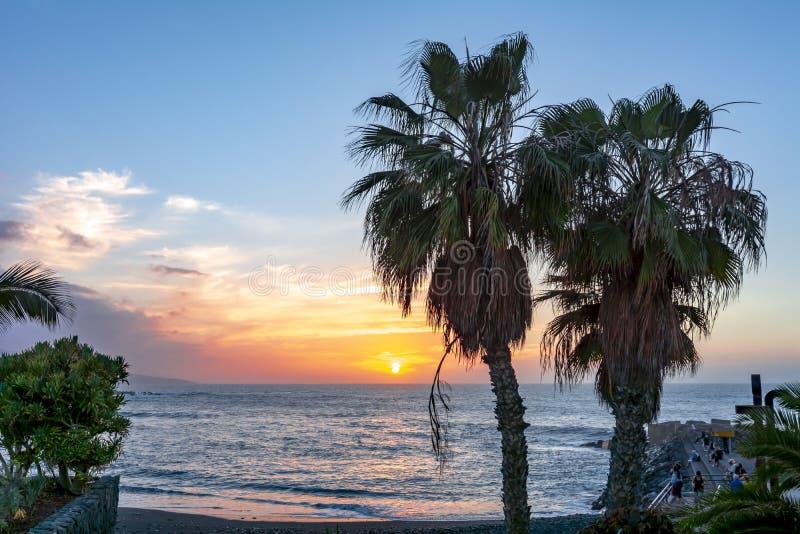 日落在普埃尔托德拉克鲁斯,加那利群岛,特内里费岛,西班牙 免版税图库摄影