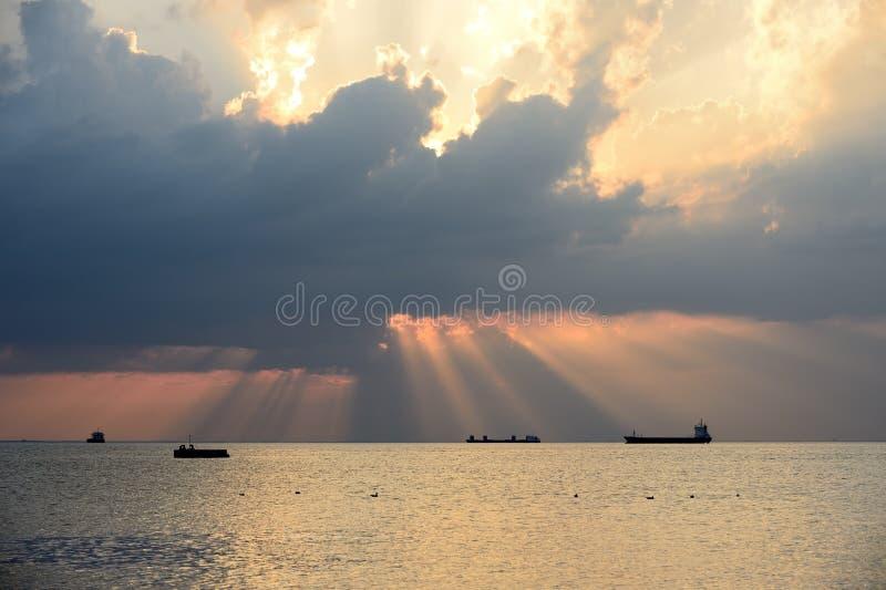 日落在有多云天空的里雅斯特港口 免版税库存图片