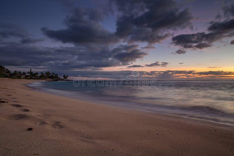 日落在有太阳的海洋在地平线 免版税库存图片