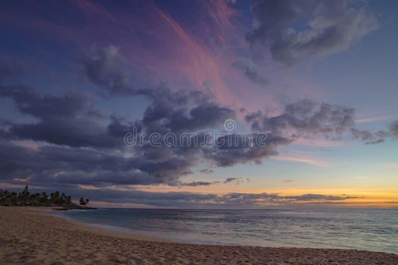日落在有美丽的五颜六色的多云天空的海洋 图库摄影