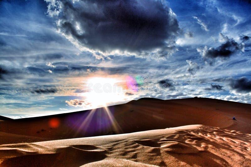 日落在有美丽的天空和云彩的沙漠 库存图片