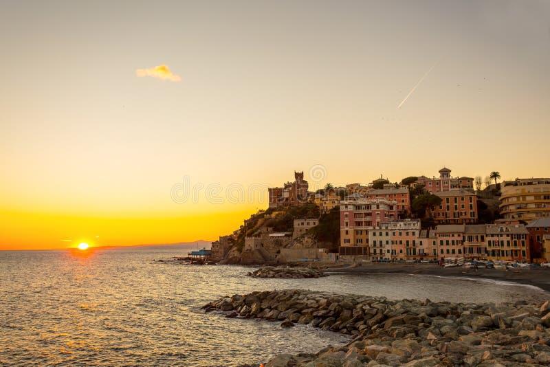 日落在有颜色huoses/日落的太阳/房子/热那亚/意大利海村庄 图库摄影