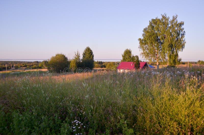 日落在村庄 自然在俄罗斯 调遣的路 免版税库存照片