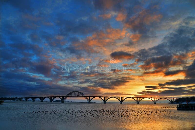 日落在桥梁下 Moen桥梁,丹麦 库存图片