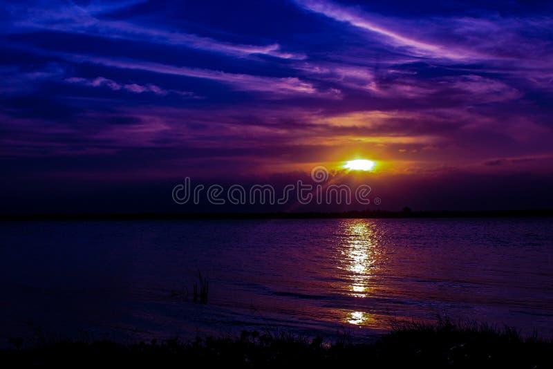 日落在河 免版税库存图片