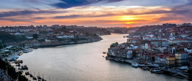 日落在波尔图,葡萄牙 Douro河 免版税库存照片