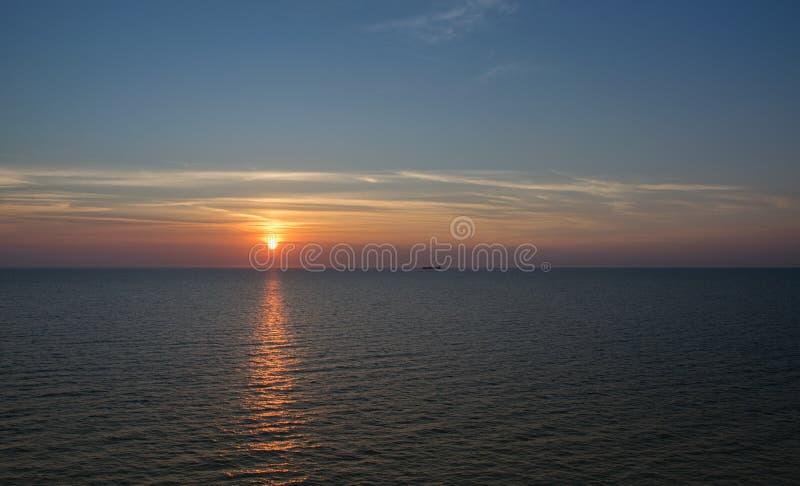 日落在海在一个温暖的夏天晚上,海景 免版税图库摄影