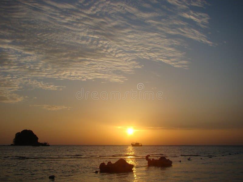 日落在海岛 免版税库存照片