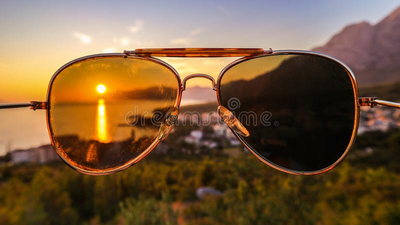 日落在海边,夺取在太阳镜 库存图片