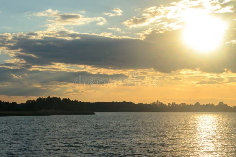 日落在湖的一个夏天 免版税图库摄影