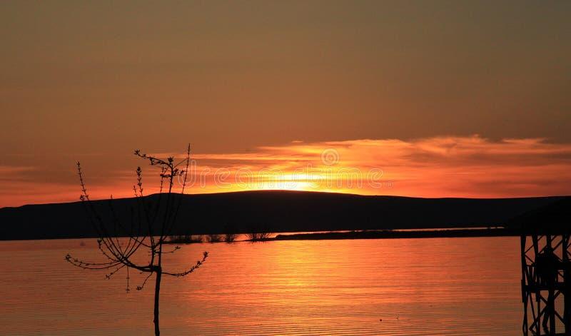 日落在湖 免版税库存照片