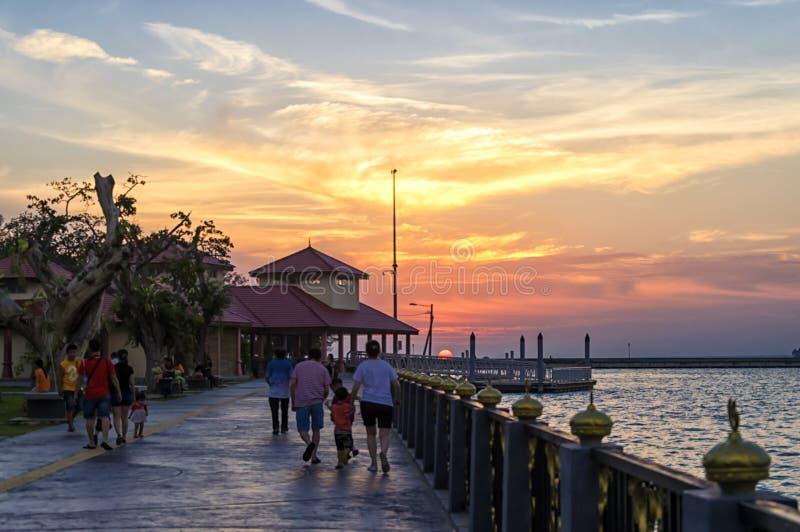 日落在热带countryriver边 免版税库存图片