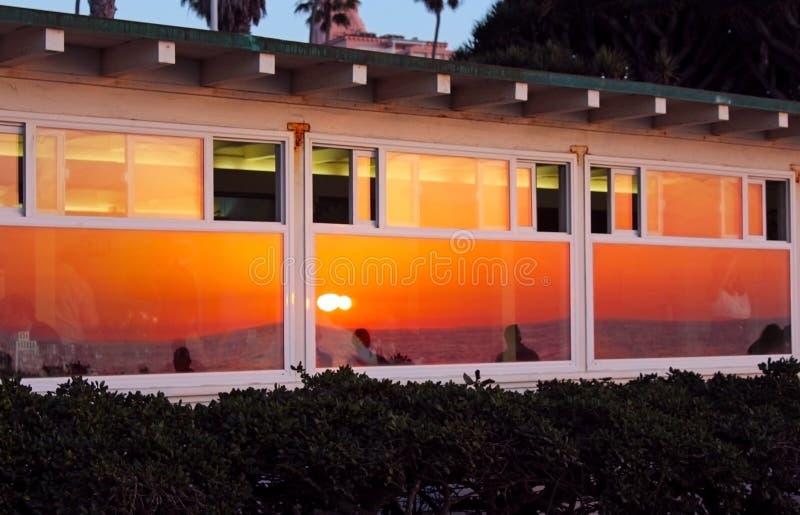 日落在玻璃的oceanview反射,拉霍亚小海湾,加利福尼亚 库存图片