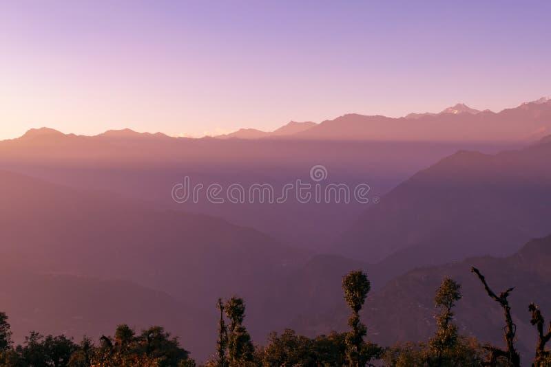 日落在秋天季节期间的Garhwal喜马拉雅山从Deoria Tal露营地 免版税图库摄影