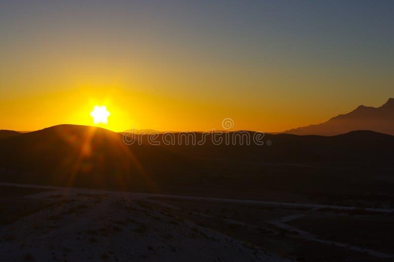 日落在纳米比亚沙漠 库存图片