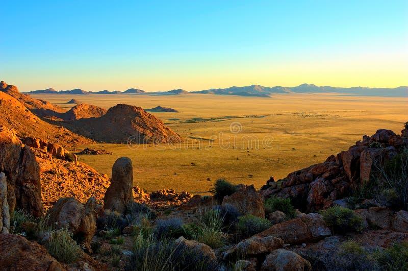 日落在纳米比亚沙漠 免版税库存图片