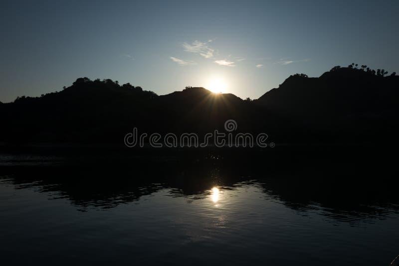 日落在纳闽Bajo在印度尼西亚 库存图片