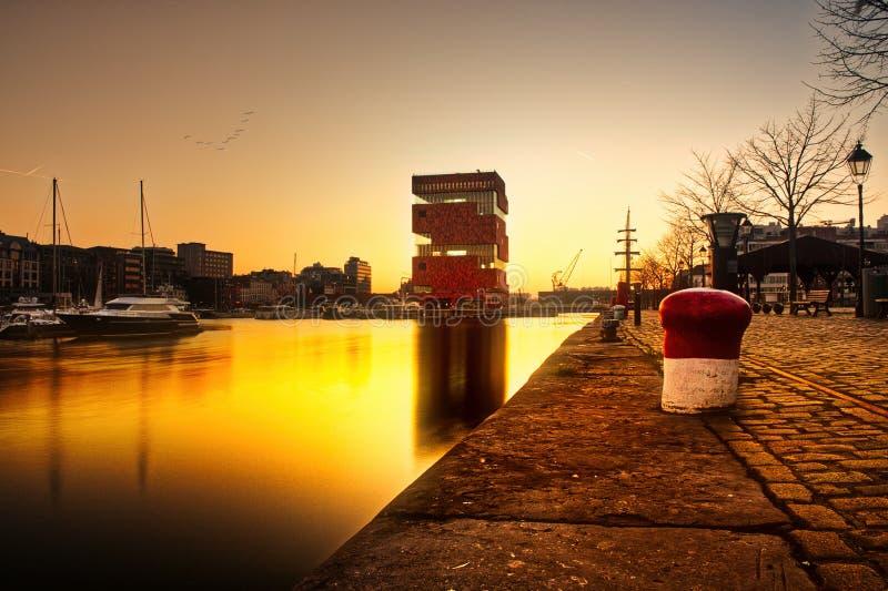 日落在船坞附近的安特卫普 免版税库存照片
