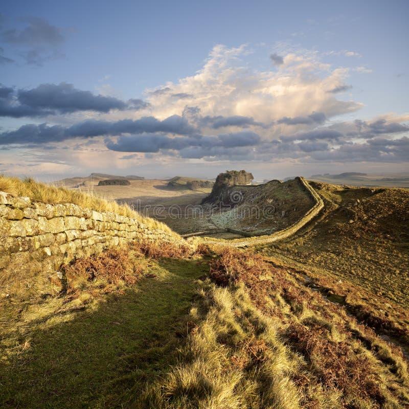 日落在诺森伯兰角,英国照亮Hadrian ` s墙壁 库存图片
