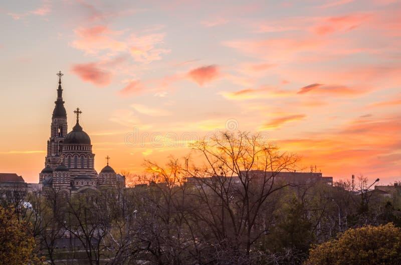 日落在近哈尔科夫到大教堂,乌克兰 免版税库存照片