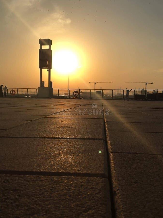 日落在迪拜节日城市 免版税图库摄影
