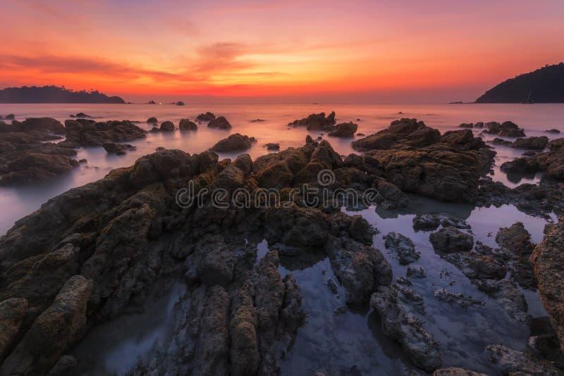 日落在酸值Payam普遍的游人的海背景有在Ranong,泰国的暮色颜色和迷离背景 免版税库存照片
