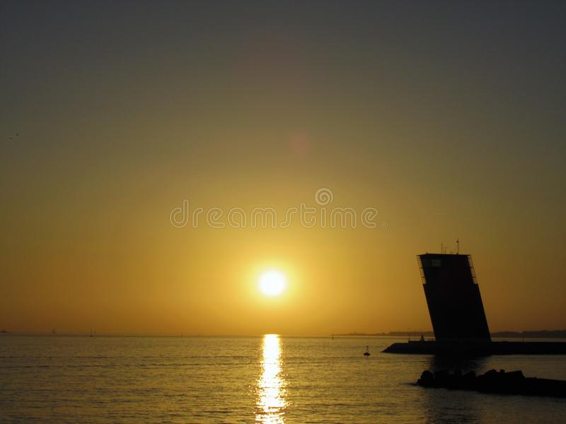 日落在里斯本,塔霍河 库存照片
