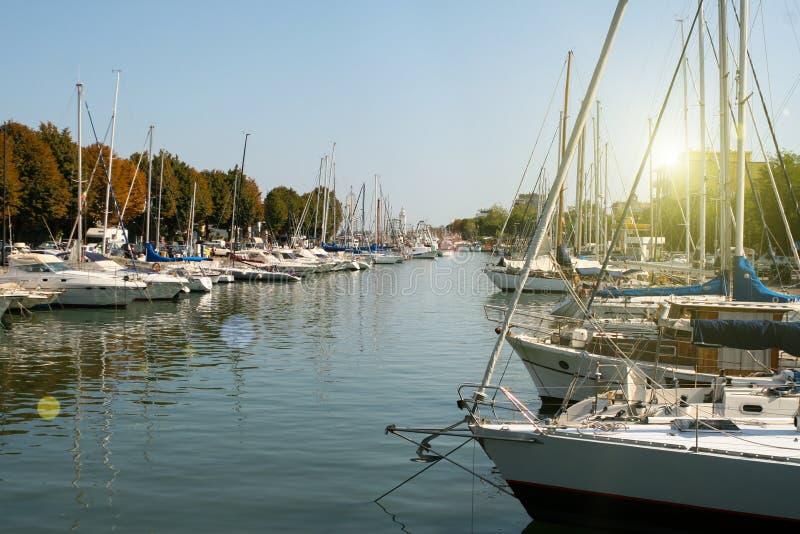 日落在里米尼 游艇在乐趣的港口 库存照片