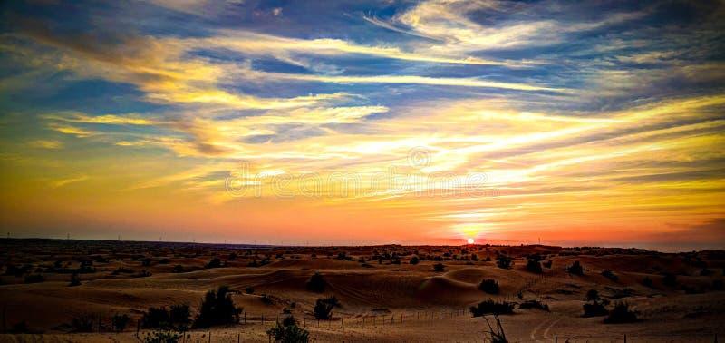 日落在阿拉伯沙漠,迪拜,阿拉伯聯合酋長國的全景風景圖片