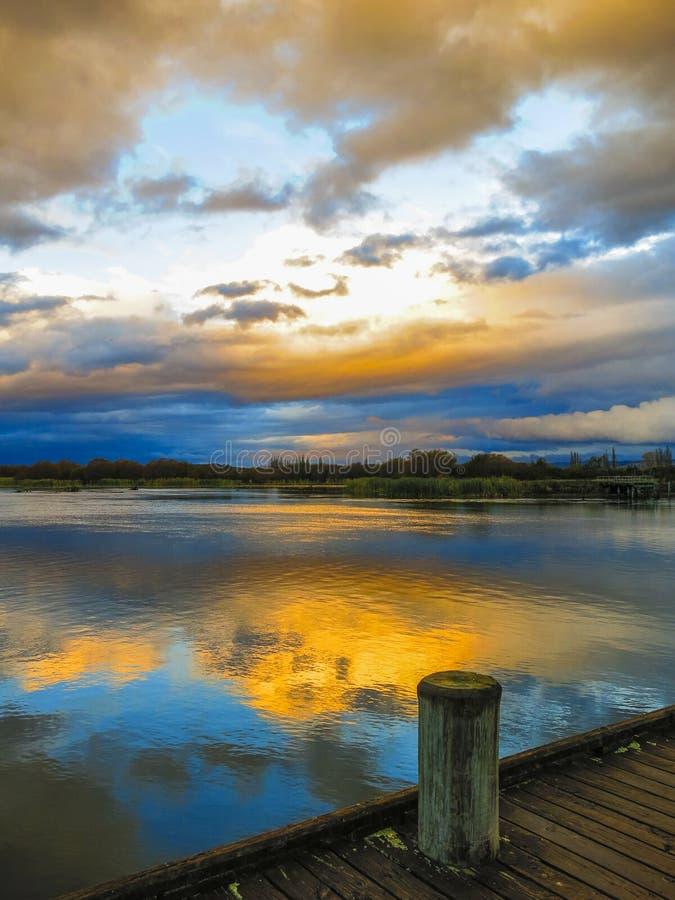 日落在陶波湖,新西兰 库存照片
