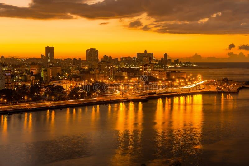 日落在以城市地平线为目的哈瓦那 免版税库存图片